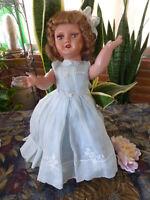 belle poupée GéGé ou  bella ans 40, tout d origine ,robe organdi bleue  superbe