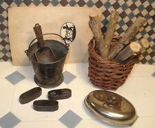 Alter KOHLENEIMER mit 3 Brikettstücken, Holzkorb + Wärmfl.  für die Puppenstube