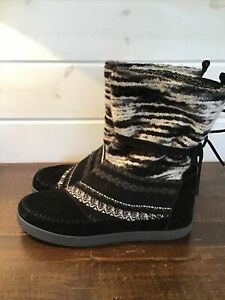 Toms Womens Sz 10 Nepal Black White Suede Yarn Textured Boots Faux Fur Lined EUC
