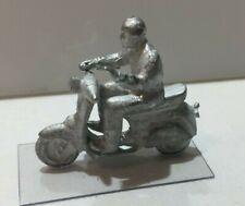 Ancien Scooter VESPA miniature avec conducteur, à peindre pour vos dioramas 1/43