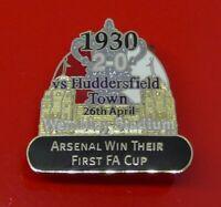 Danbury Enamel Pin Badge Football Arsenal FC v Huddersfield First FA Cup 1930