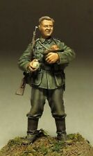 1/35 Scale Resin Model Figures Kit WW2 German Soldier Holding Food (1 Figure)