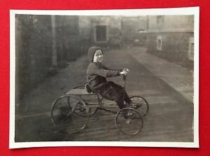 Original Foto um 1910 Kind auf frühen Trettauto  ( 5770