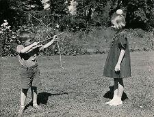 Guillaume Tell c. 1950 - Enfants Jeu Tirc à l'Arc Pomme - DIV 9109