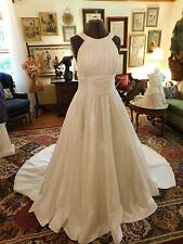 GORGEOUS WHITE TAFFETA WEDDING GOWN BY DAVID'S BRIDAL RUCHED BODICE SIZE 10