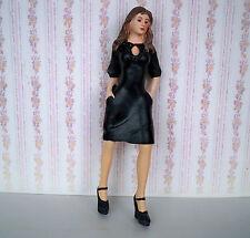 1:12 Casa delle Bambole Miniatura-GIOVANE DONNA adolescente in abito nero POLIRESINA