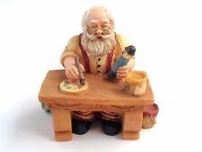 """Weihnachtsmann """" Chris Kringel """" am Schreibtisch bei der Arbeit, Polystone"""