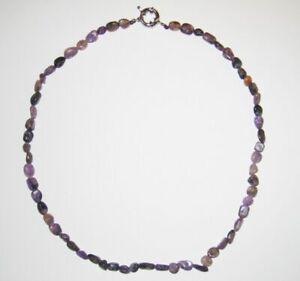 Schöne Halskette aus dem Edelstein Charoit in Freiform