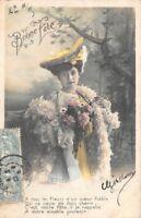 Carte postale photo d'art femme et bouquet de fleur Bonne fête