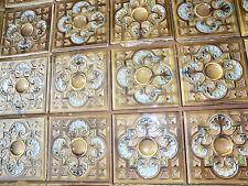 die Ofenkacheln vom antiken Kachelofen abgebaut mehrfarbig