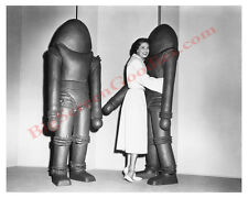 EARTH VS THE FLYING SAUCERS - JOAN TAYLOR HUGS ROBOT - HI-QUALITY 8X10 PHOTO