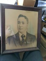 ANTIQUE LARGE HEAVY SOLID WOOD PICTURE FRAME GLASS ETCHING PHOTO VETERAN PIN VTG
