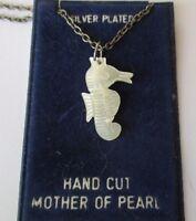 pendentif collier bijou plaqué argent hippocampe gravé en perle de nacre 494