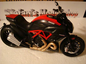 Ducati Diavel 1200 - 2012 - Carbon Red Rosso Red 1:12 Maisto