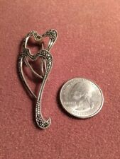 925 STERLING SILVER VINTAGE MARCASITE DOUBLE HEART BROOCH OR PIN.