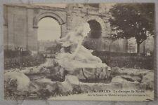 """CPA """" ARLES - Dans le Square du Théâtre antique - Le Groupe de Niobé"""