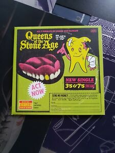 """Queens of the Stone- Age 3s and 7s Vinyl 7"""" Single gatefold new."""