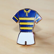BLUE & AMBER HOOPED RUGBY LEAGUE KIT ENAMEL BADGE - LEEDS COLOURS