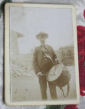 Photographie ancienne Homme dans une  cour avec tambour vers 1890