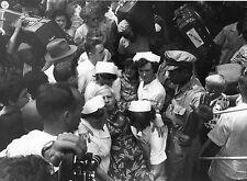 Photo originale Indonésie départ Néerlandais 1957 valise Amsterdam caméra