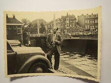 Utrecht - Mann mit Zigarette vor der Smakkelaarsbrug / Foto