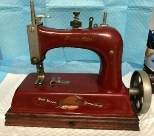VINTAGE DE LUXE MODEL JUNIOR MISS SEWING MACHINE---------------------------ds