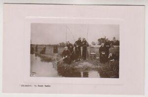 """Künstler Postkarte - """" Thursday """" - Mönche Fischen Von Dendy Sadler - (A134)"""