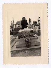 PHOTO ANCIENNE Snapshot Tombe Cimetière Croix Religion Vers 1960 Fleur Veuve