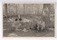 PHOTO ANCIENNE Repas Pique nique Forêt Arbre Groupe Panier Vers 1950 1960 Couple