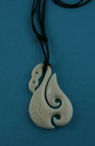 Maori Bone Carving  Fishhook  Hei Matau mit Schmuckbox