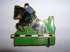 PIN'S  CHEVAL SAUTANT UNE BARRIERE   / EMAILLE  /  SUPERBE