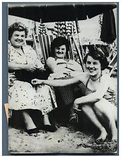 Italia, Sherley Holmes, sa mère et sa tante sur la plage de Viareggio Vintage si