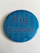 NUOVO Grande cugino 50mm pulsante Pin Badge regalo ideale per anziani cugino