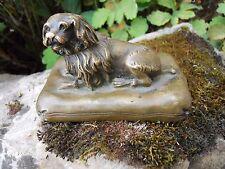 """Ancien chien """" Pékinois ou king charles """" en bronze sur coussin époque XIXème"""