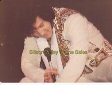 (F) ELVIS PRESLEY - 1976 Anaheim CONCERT Kneeling Candid Color Photo Len Leech