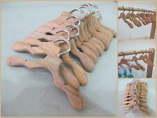 LOTTO di 12 appendino in legno per bambola Barbie vestito vestiti, Carino in legno fatto a mano