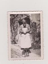 PHOTOGRAPHIE ANCIENNE NOIR & BLANC/FERMIERE EN TABLIER SUR LE PAS DE SA PORTE