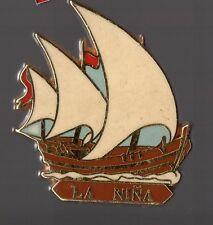 Pin´s bateau / Caravelle La Nina de Christophe Colomb (signé Artimon / Zamac)