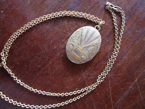 A FINE ANTIQUE ART DECO GOLD FILLED LOCKET NECKACE WITH HAND REPOUSSE WORK
