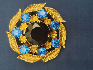 Vintage style coat brooch Blue stone centre with saphire coloured stone surround