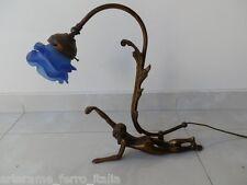 Lampada da tavolo con donna sdraiata stile liberty in bronzo con vetro blu