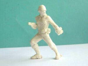 1 x UNKNOWN MAKE. WWII AMERICAN INFANTRY OFFICER PLASTIC SOLDIER. 54mm SCALE.
