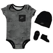 Nike Baby Geschenk Set 3-er Strampler Body Socken Mütze Jungen Gr. 0 - 6 Monate