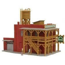 N Scale Model Power MDP-2597 Railroad Hotel Built Lighted w/ 2 Figures  MIB
