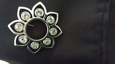 Broche soleil, DYRBERG / KERN, métal épais et pierres Swarovski. Neuf