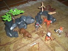 LOT PLAYMOBIL SCENE PREHISTORIQUE - 3 HOMMES 1 OURS 1 SMILODON 2 DECORS ROCHEUX