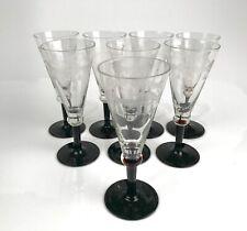 8 verres anciens gravés, pieds noirs.