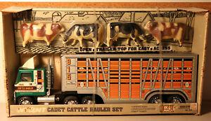 DTE VINTAGE NYLINT # 917 CADET CATTLE HAULER TRUCK SET W/4 CATTLE FIGURES NIOB