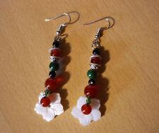 Lange etnische oorbellen met rode groene parels en schelp bloem  NIEUW