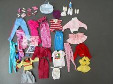 B/ Lot de vêtements anciens Barbie vintage avec accessoires chaussures sac etc